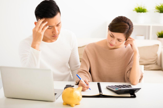 Husband-and-wife-with-financial-stress