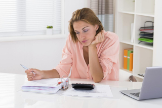 1200-82829637-woman-calculating-finance